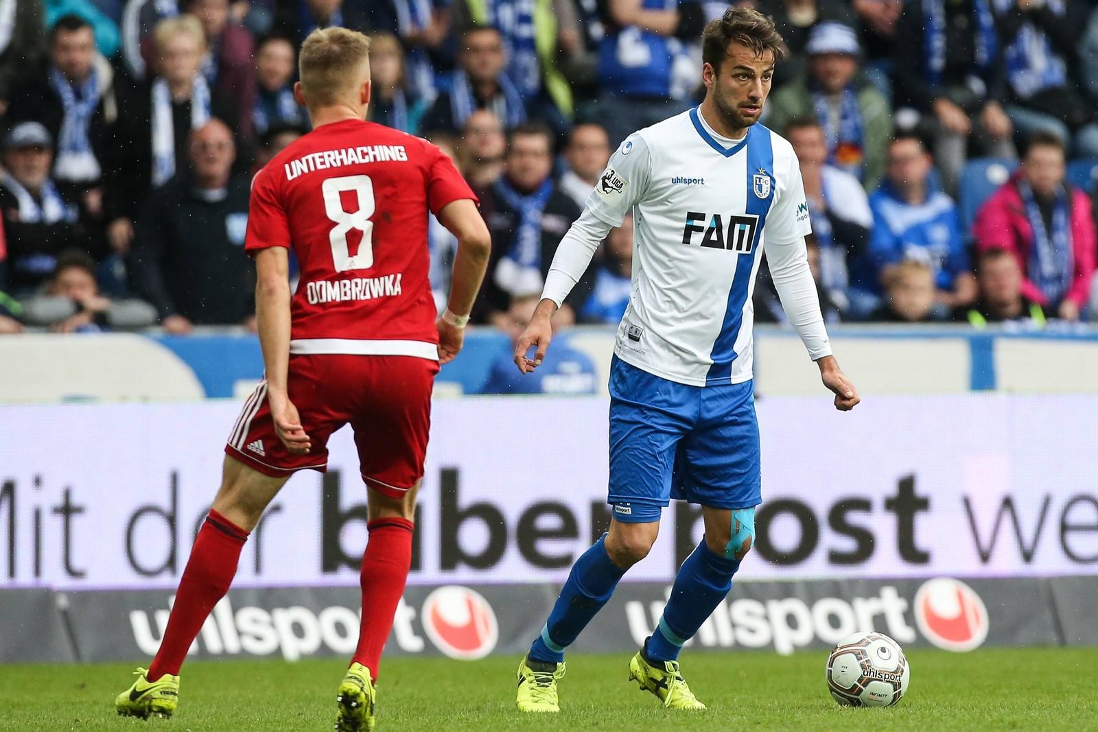 Christian Beck vom 1. FC Magdeburg gegen Max Dombrowka von Unterhaching