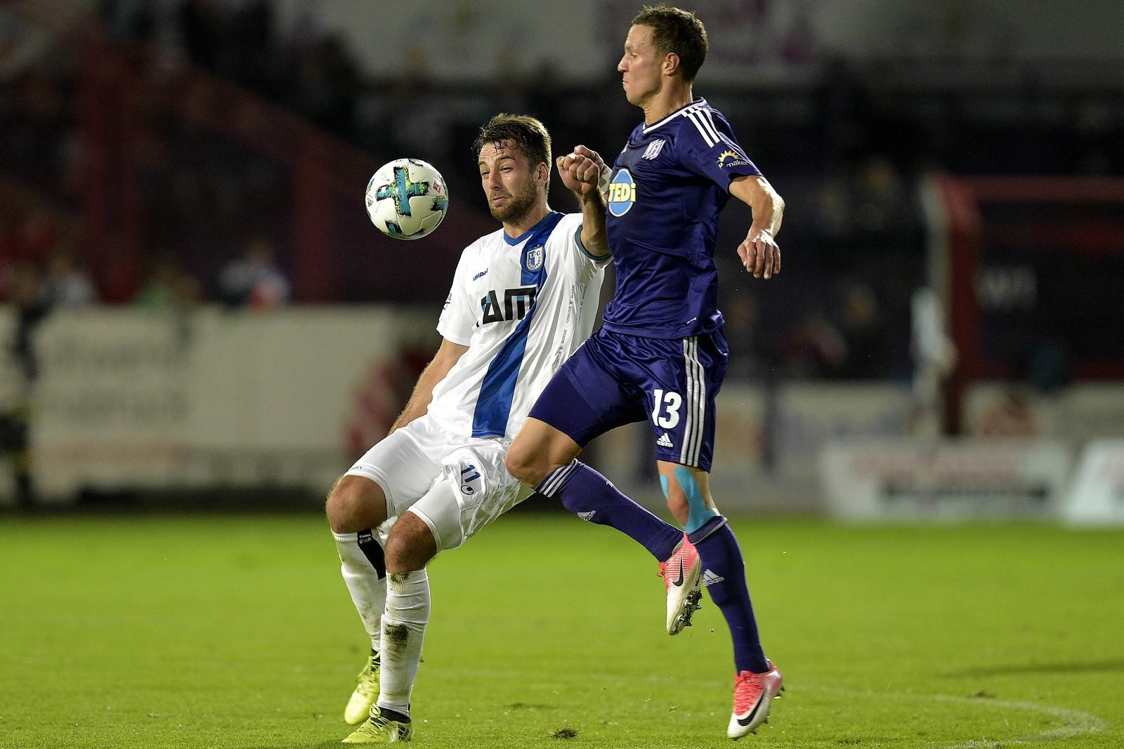 Christian Beck vom 1. FC Magdeburg gegen Tim Danneberg vom VfL Osnabrück