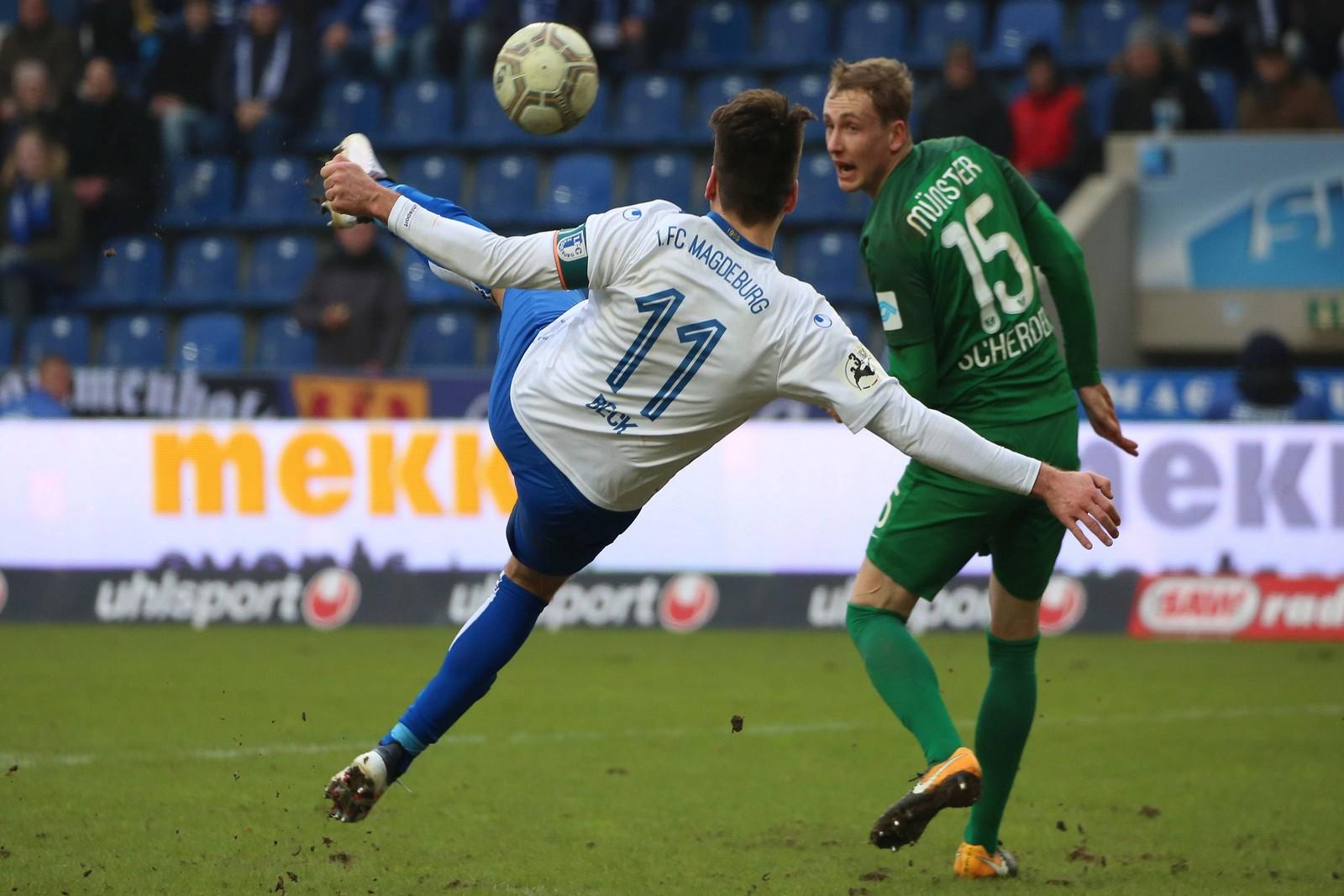 Christian Beck vom 1. FC Magdeburg trifft gegen Preußen Münster.