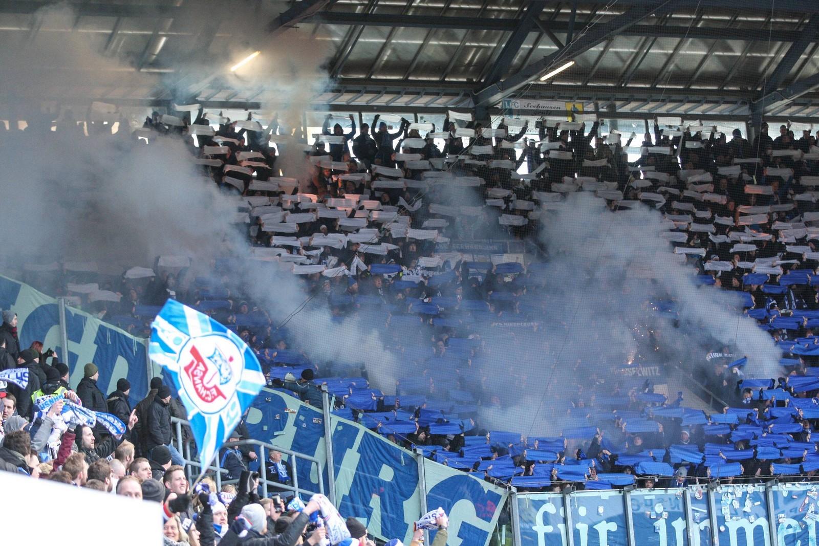 Fans des 1. FC Magdeburg zünden Rauchbomben