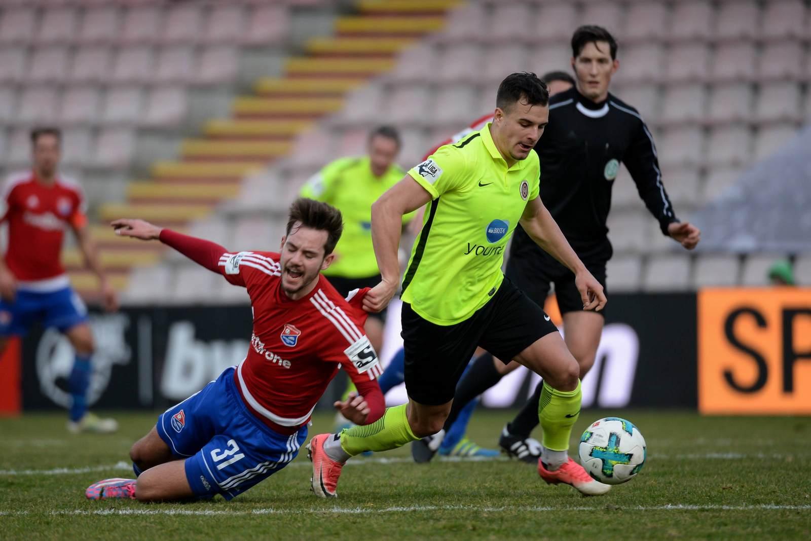 Sebastian Mrowca im Zweikampf mit Orestis Kiomourtzoglou