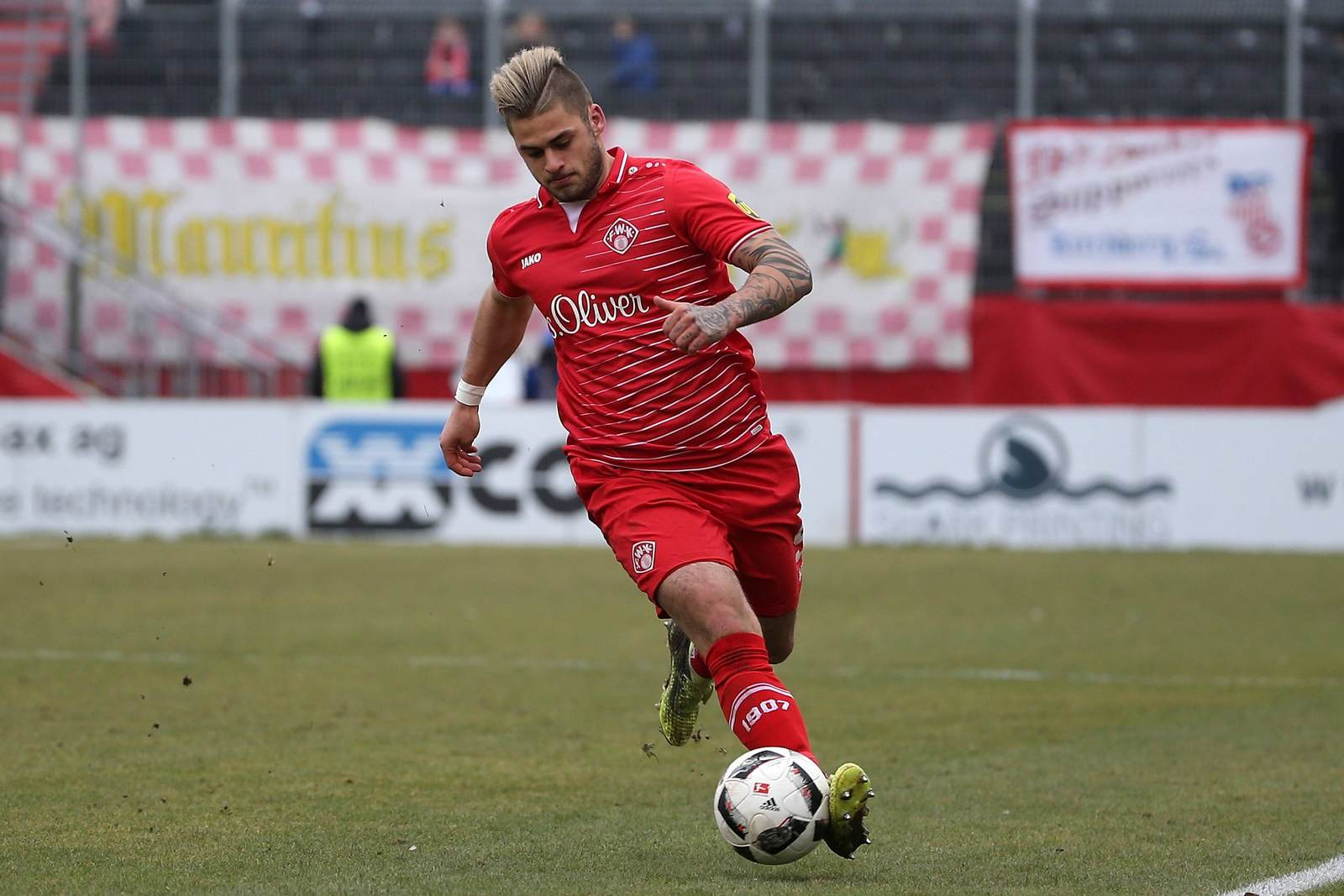 Dominic Baumann am Ball für die Würzburger Kickers.