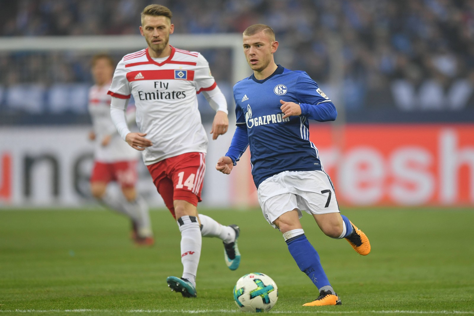 Aaron Hunt vom Hamburger SV verfolgt Max Meyer von Schalke 04