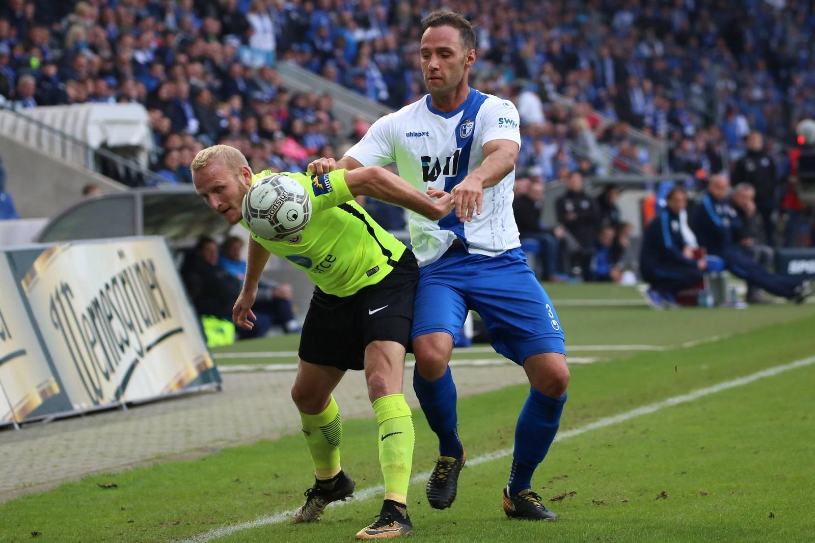Alf Mintzel vom SV Wehen Wiesbaden gegen Christopher Handke vom 1. FC Magdeburg