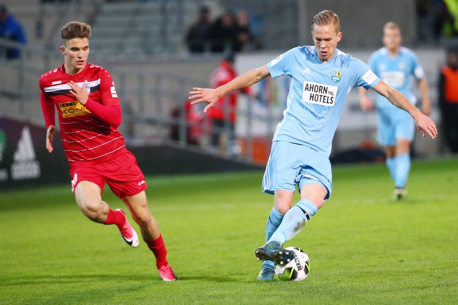 Bastian Kurz von Rot-Weiß Erfurt gegen Dennis Grote vom Chemnitzer FC