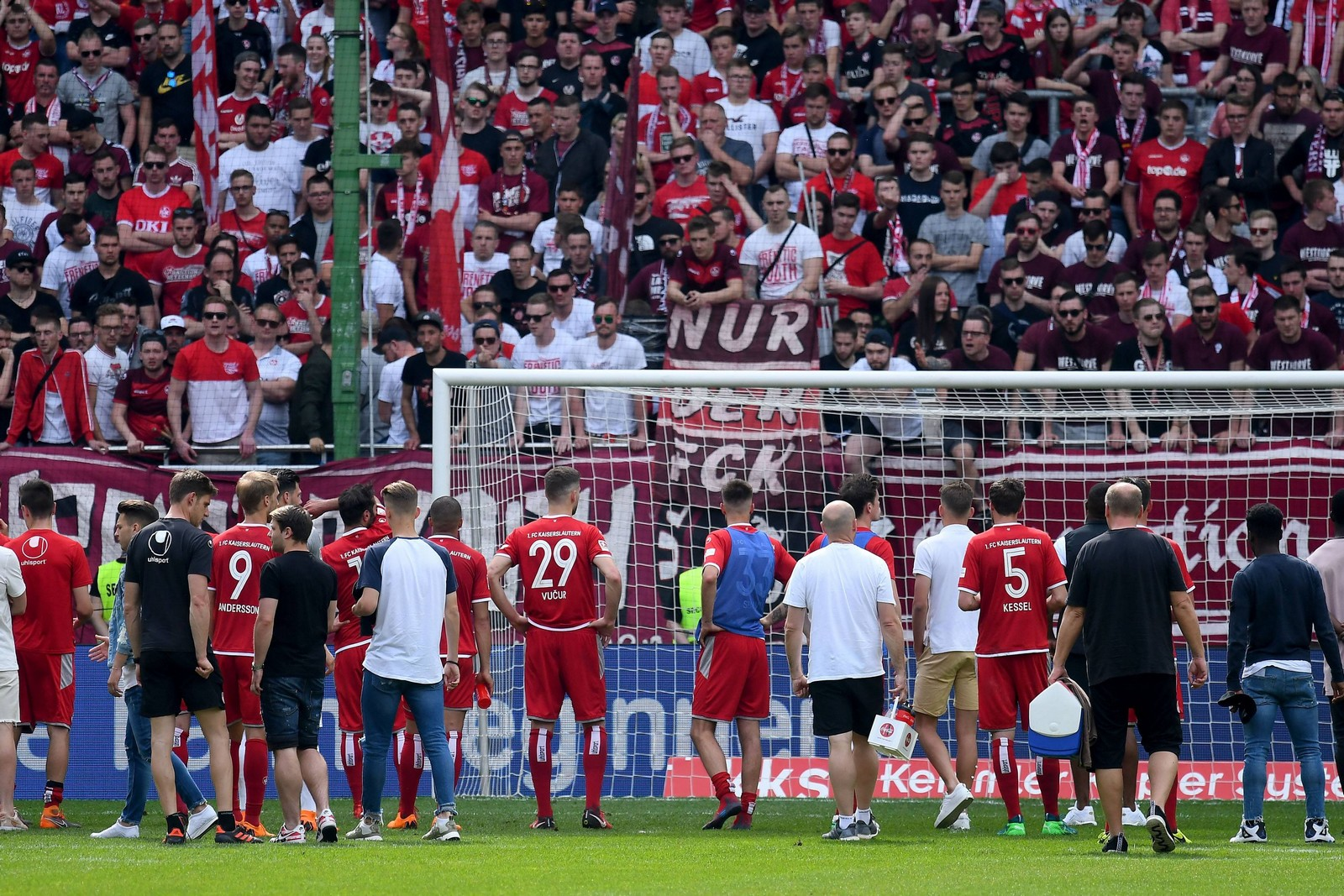 Enttäuschte Spieler des 1. FCK vor den eigenen Fans