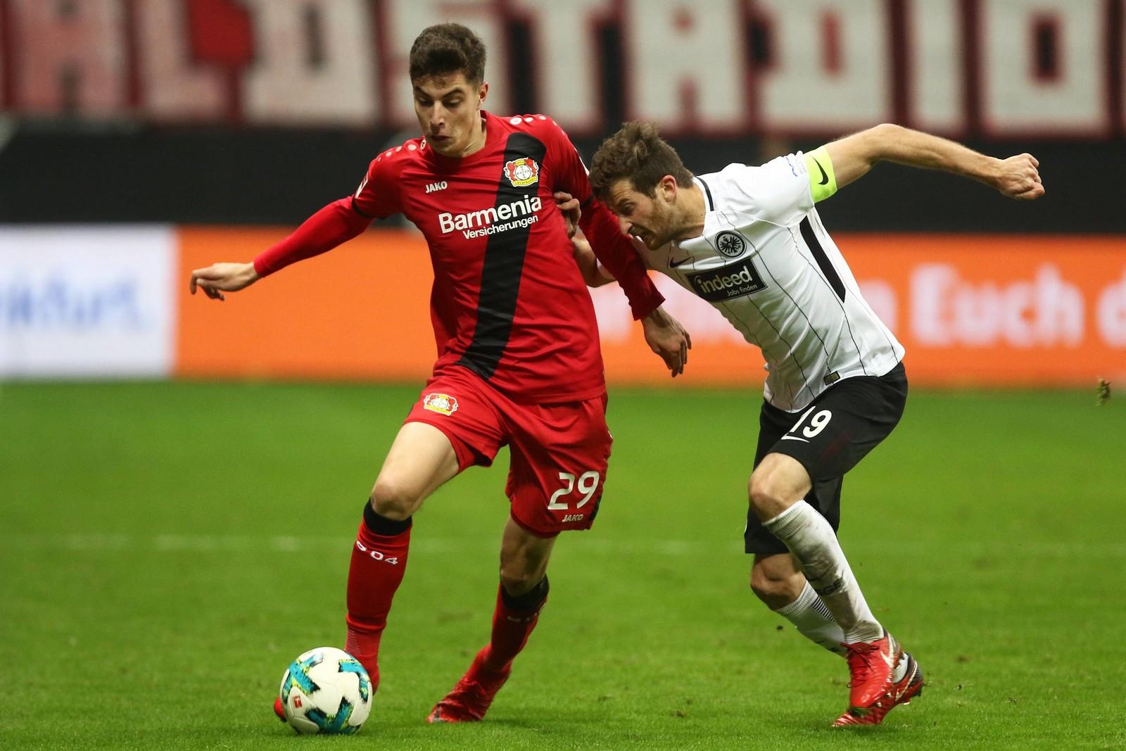 Kai Havertz von Bayer Leverkusen gegen David Abraham von Eintracht Frankfurt