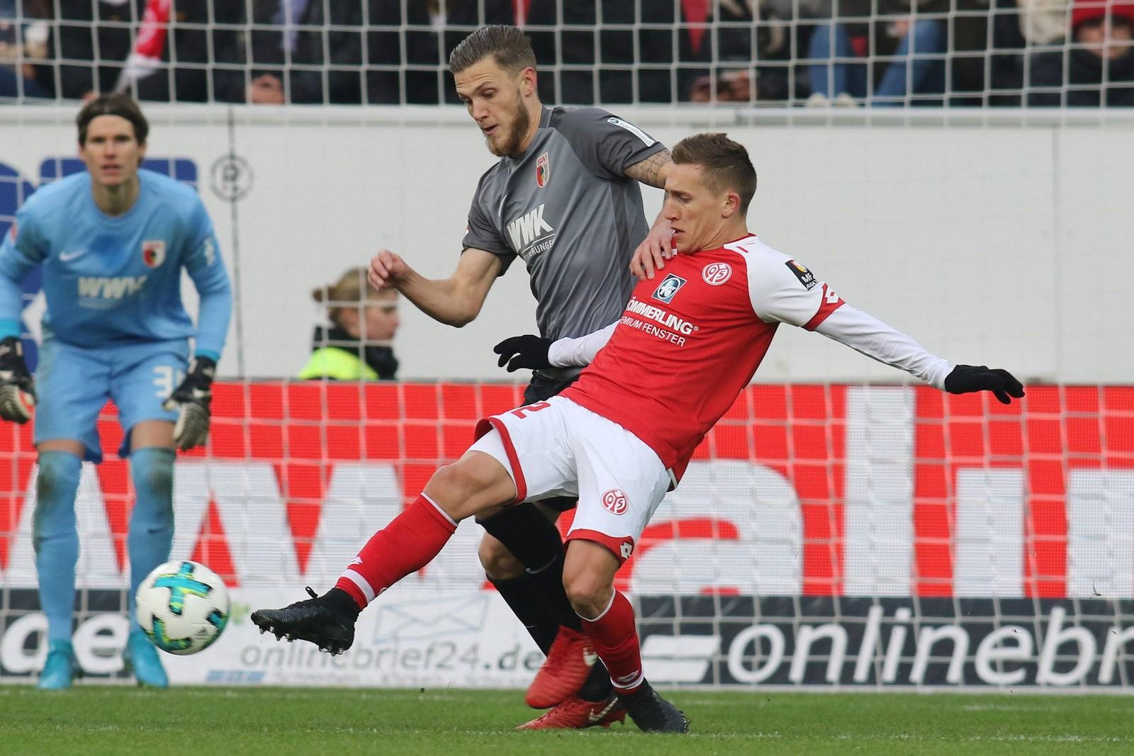 Pablo de Blasis von Mainz 05 gegen Jeffrey Gouweleeuw vom FC Augsburg