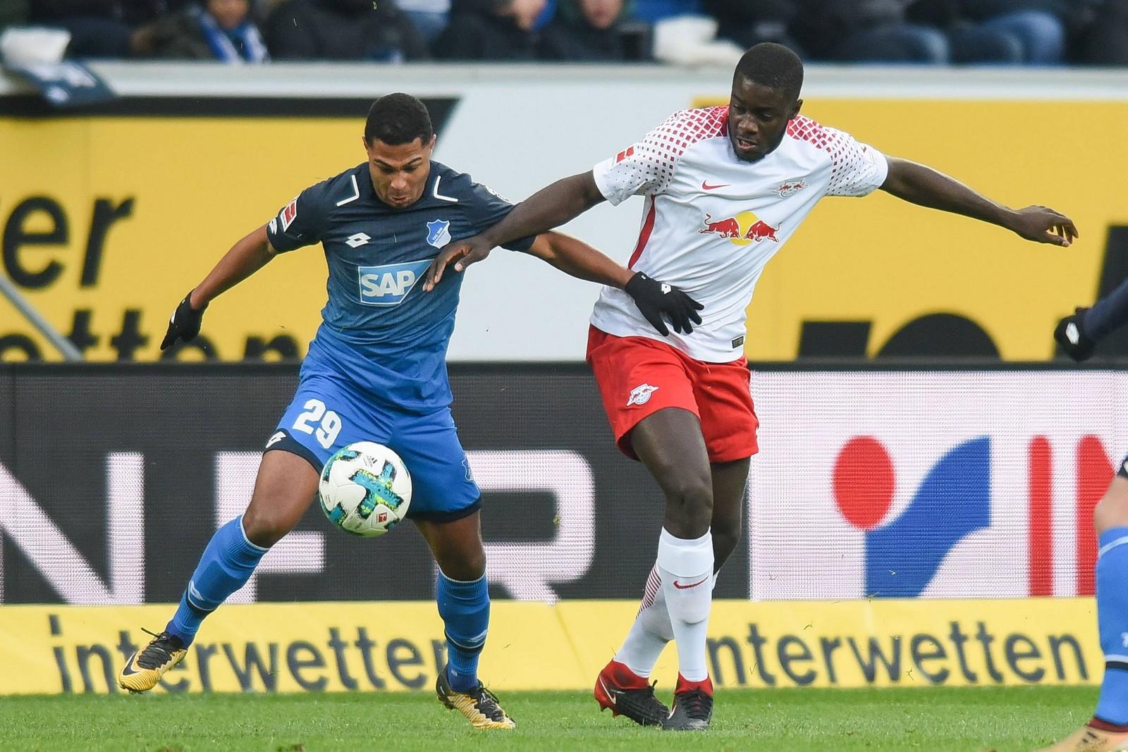 Serge Gnabry von 1899 Hoffenheim gegen Dayot Upamecano von RB Leipzig