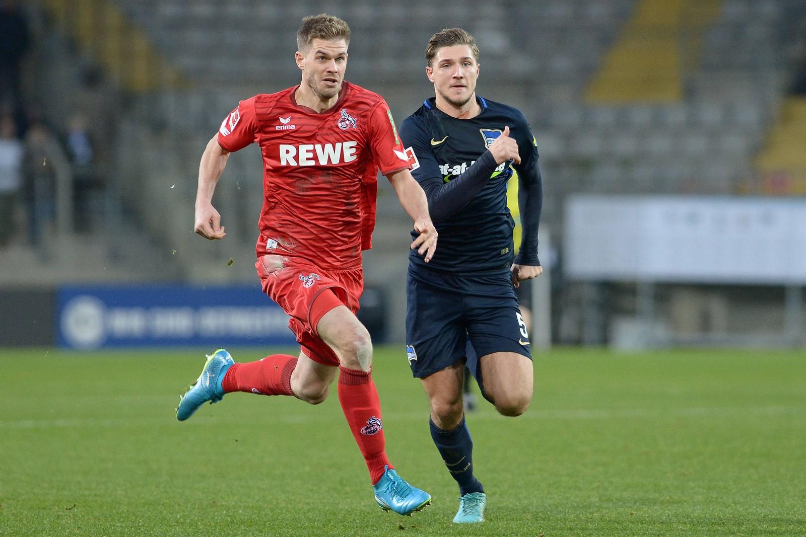 Simon Terodde vom 1. FC Köln gegen Niklas Stark von Hertha BSC