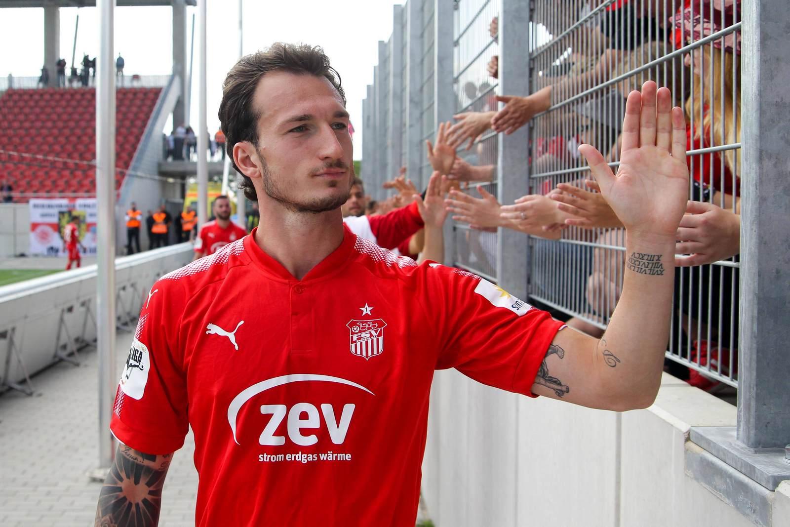 Dimitrios Ferfelis klatscht mit den Fans ab