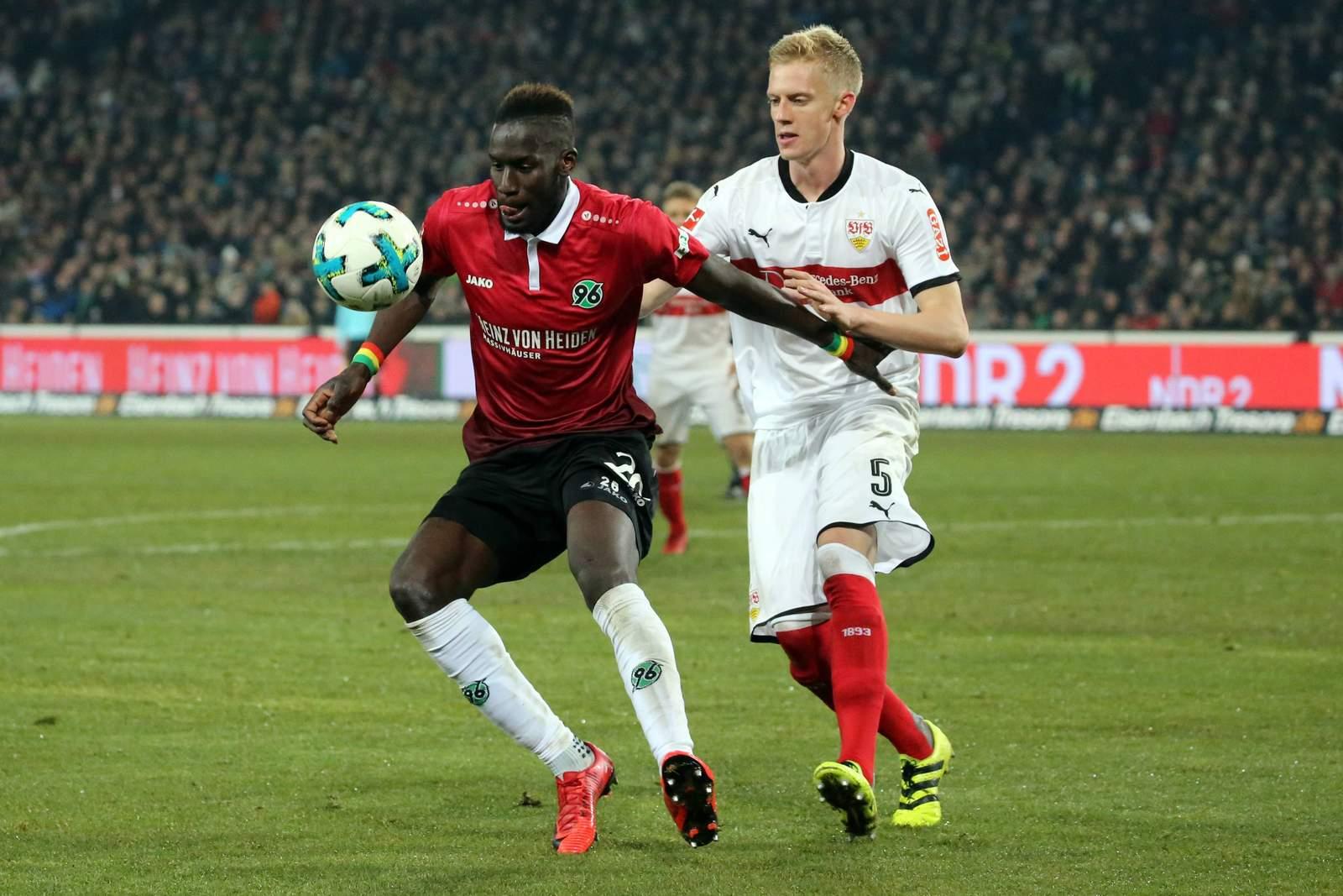 Hannovers Salif Sané verteidigt den Ball gegen Timo Baumgartl. Jetzt auf Stuttgart gegen Hannover wetten!