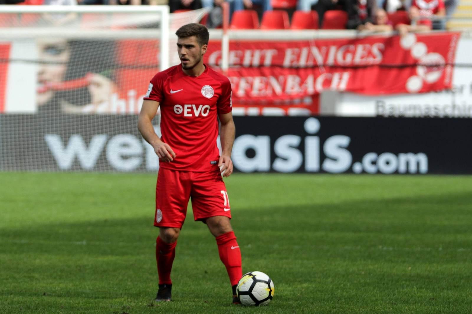 Serkan Firat am Ball für die Kickers Offenbach