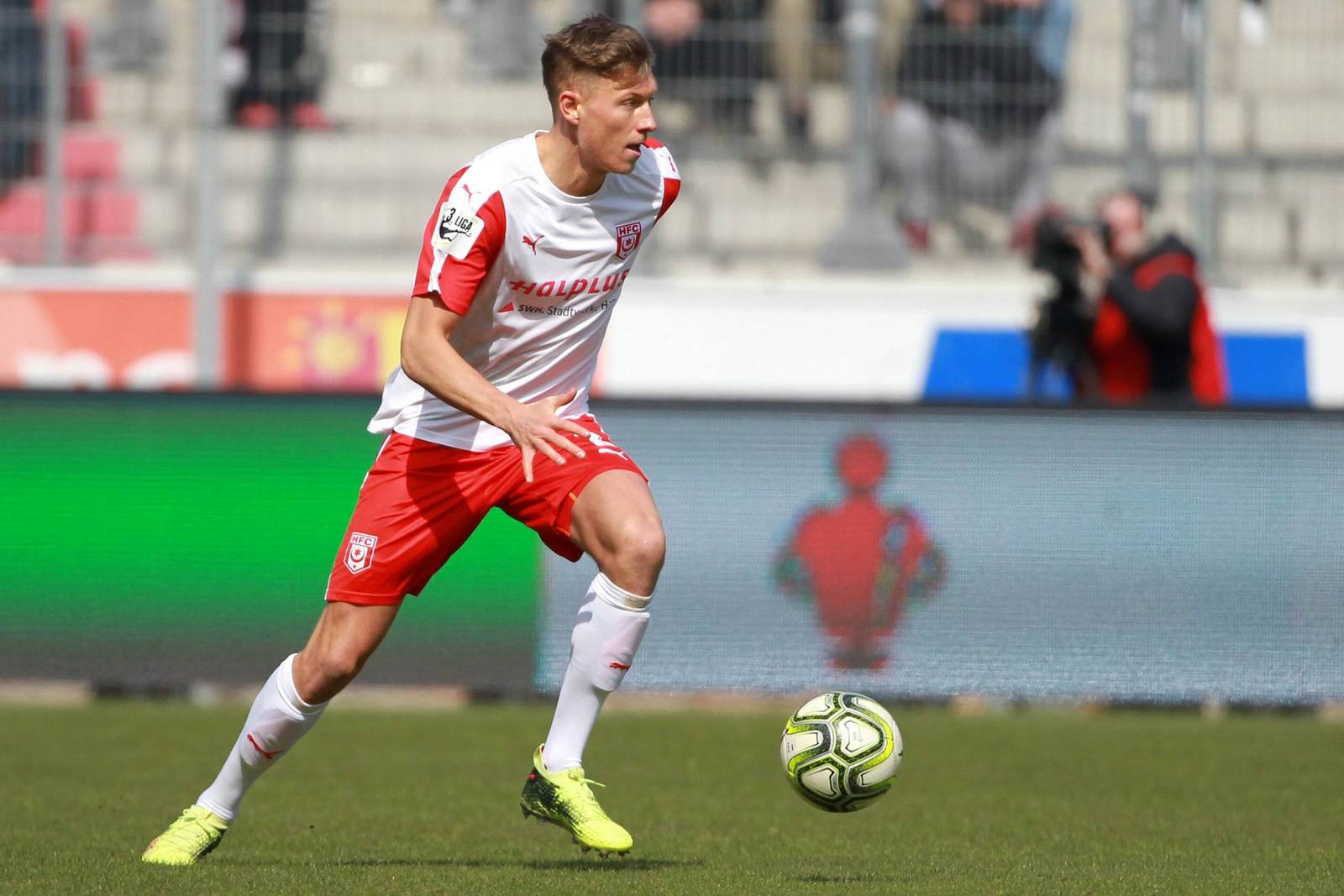 Tobias Schilk am Ball für den HFC