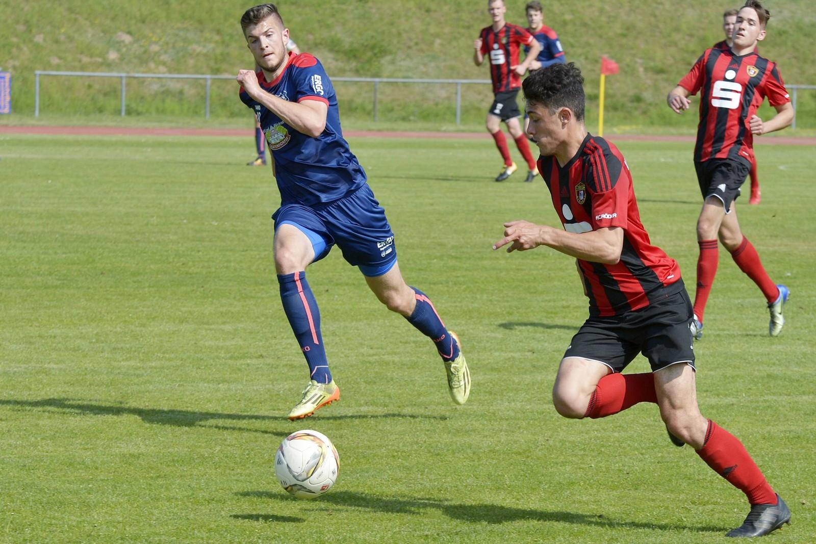 Niclas Buschke von Lok Stendal gegen Fabian Döbelt von Eilenburg