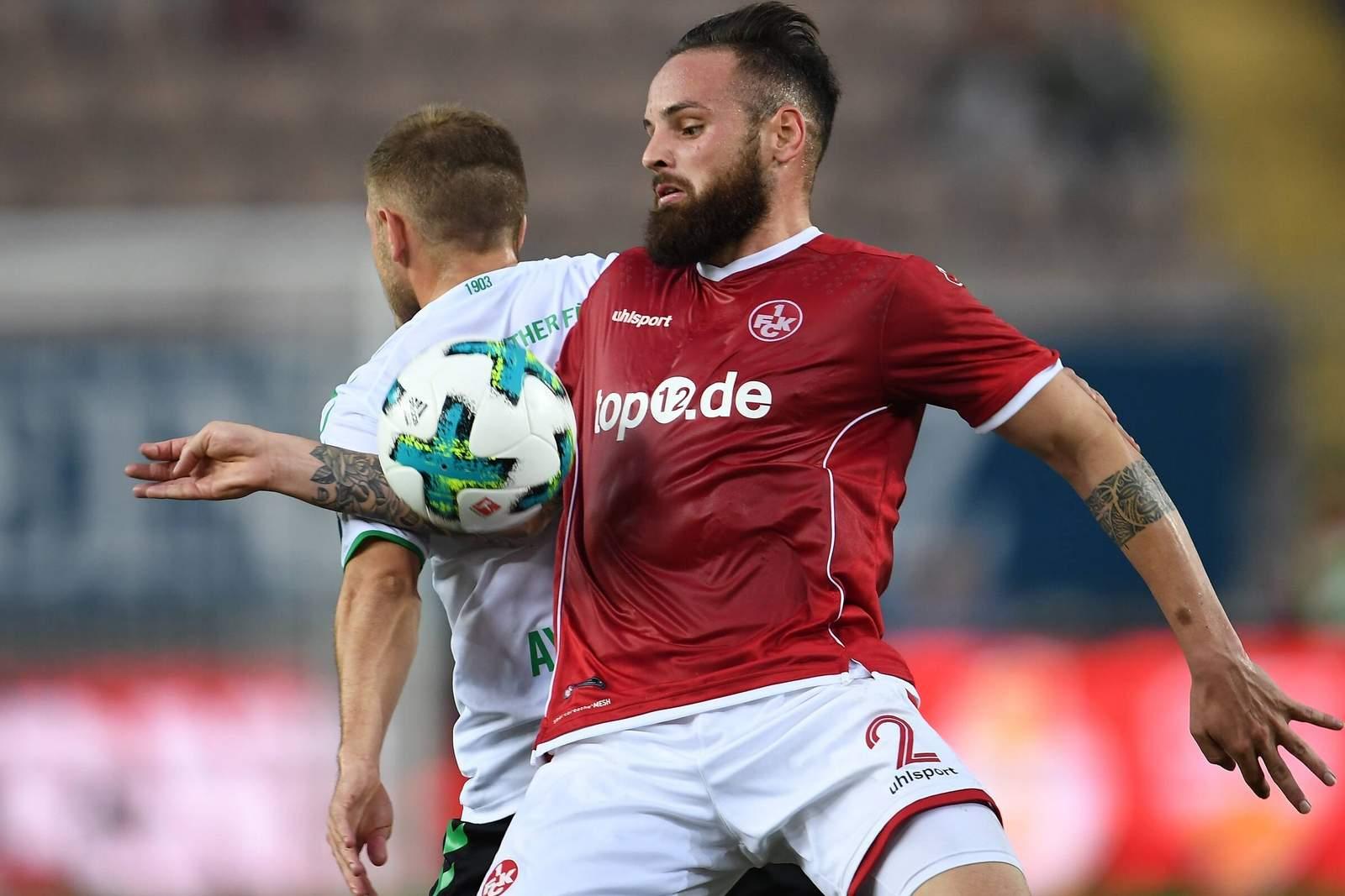 Giuliano Modica vom 1.FC Kaiserslautern im Zweikampf mit Aycicek