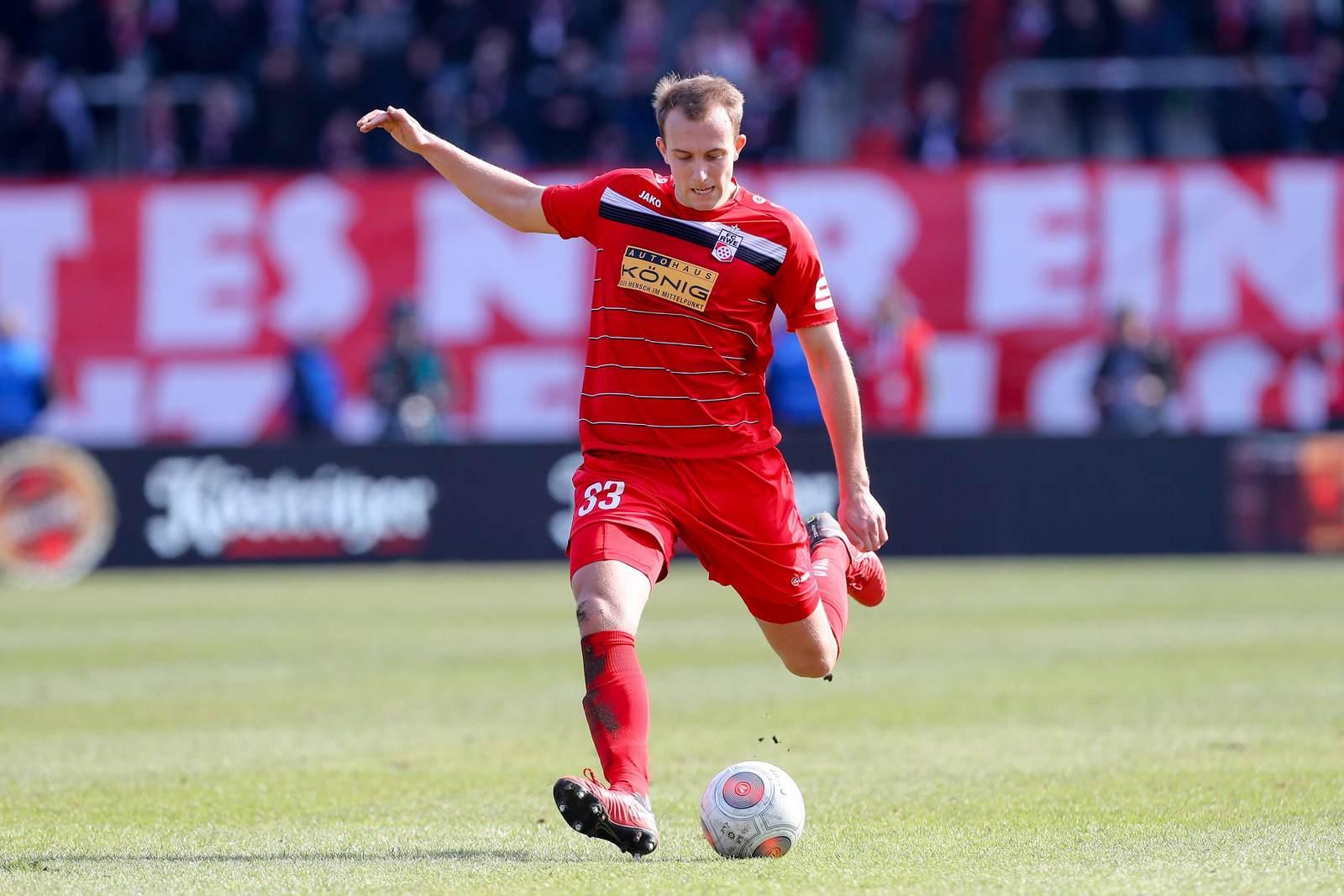 Tobias Kraulich am Ball für Rot Weiß Erfurt