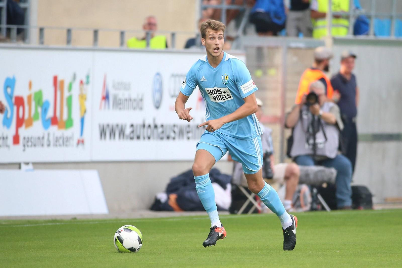 Laurin von Piechowski treibt den Ball über das Feld