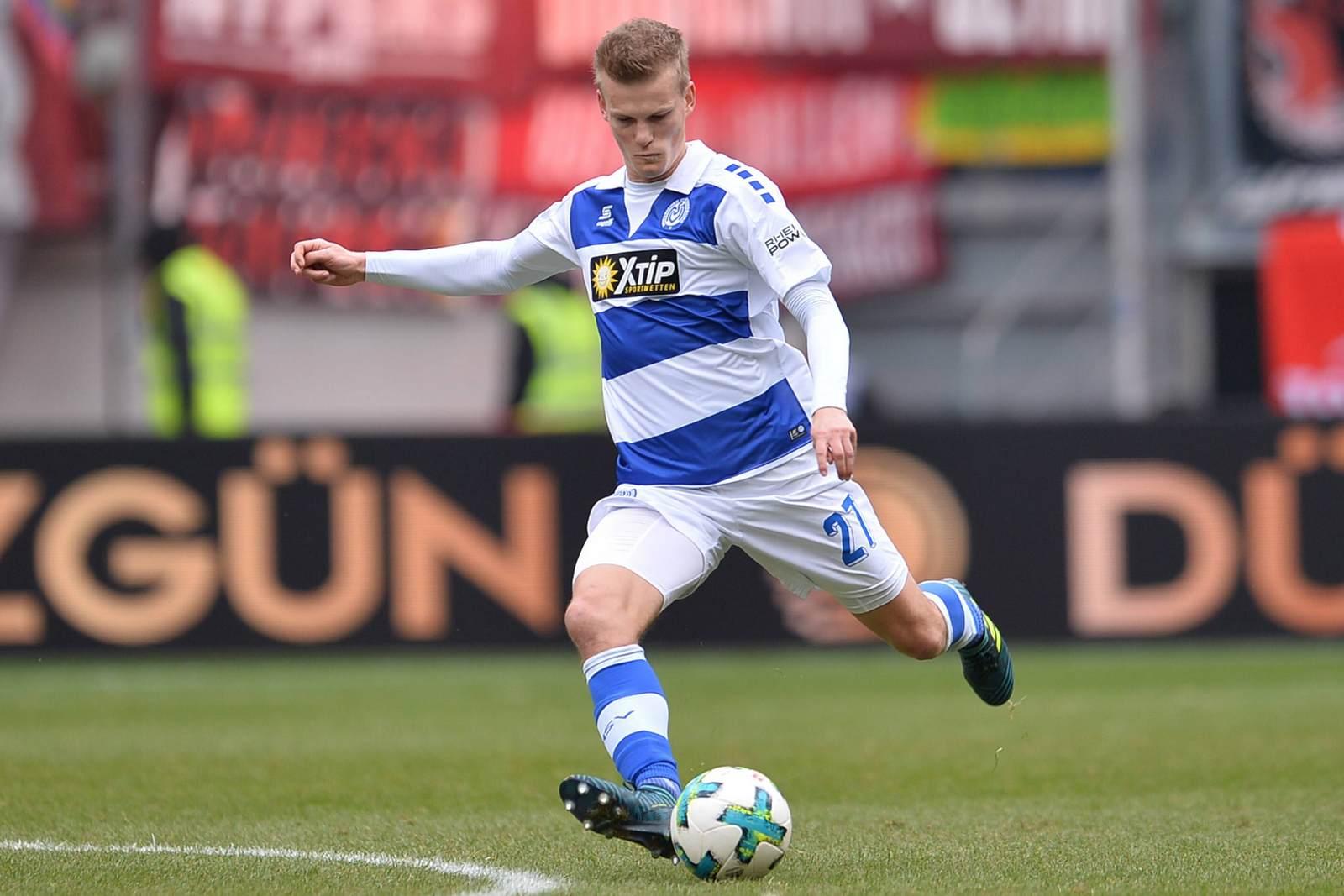 Dan-Patrick Poggenberg am Ball für den MSV Duisburg.