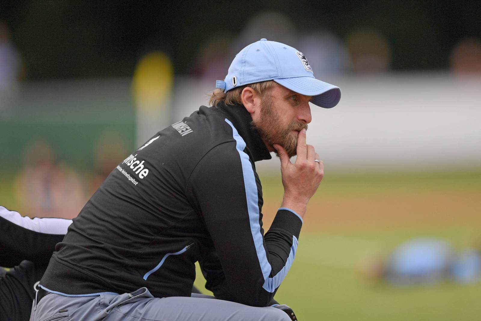 Beobachter in der Ferne: Münchens Trainer Daniel Bierofka