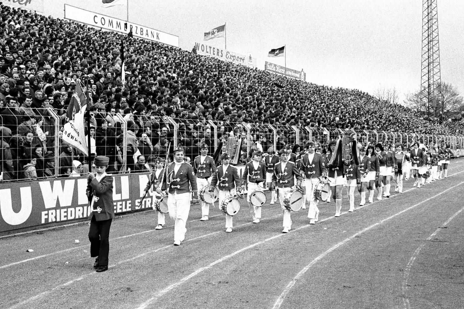 Spielmannszug im Stadion von Eintracht Braunschweig.