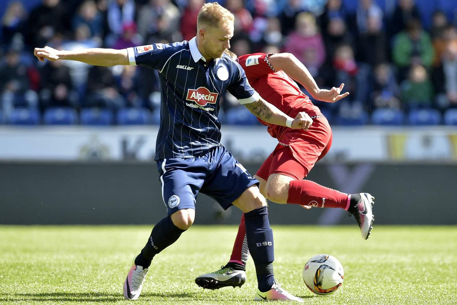 Felix Burmeister am Ball für Arminia Bielefeld