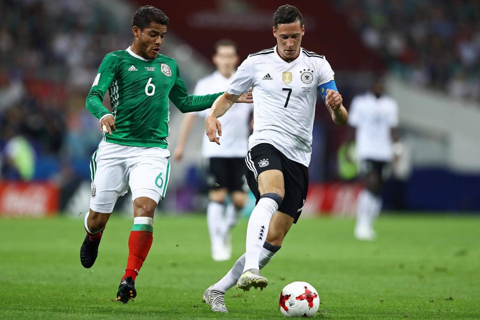 Julian Draxler im Duell mit Jonathan Dos Santos. Jetzt auf Deutschland gegen Mexiko wetten.