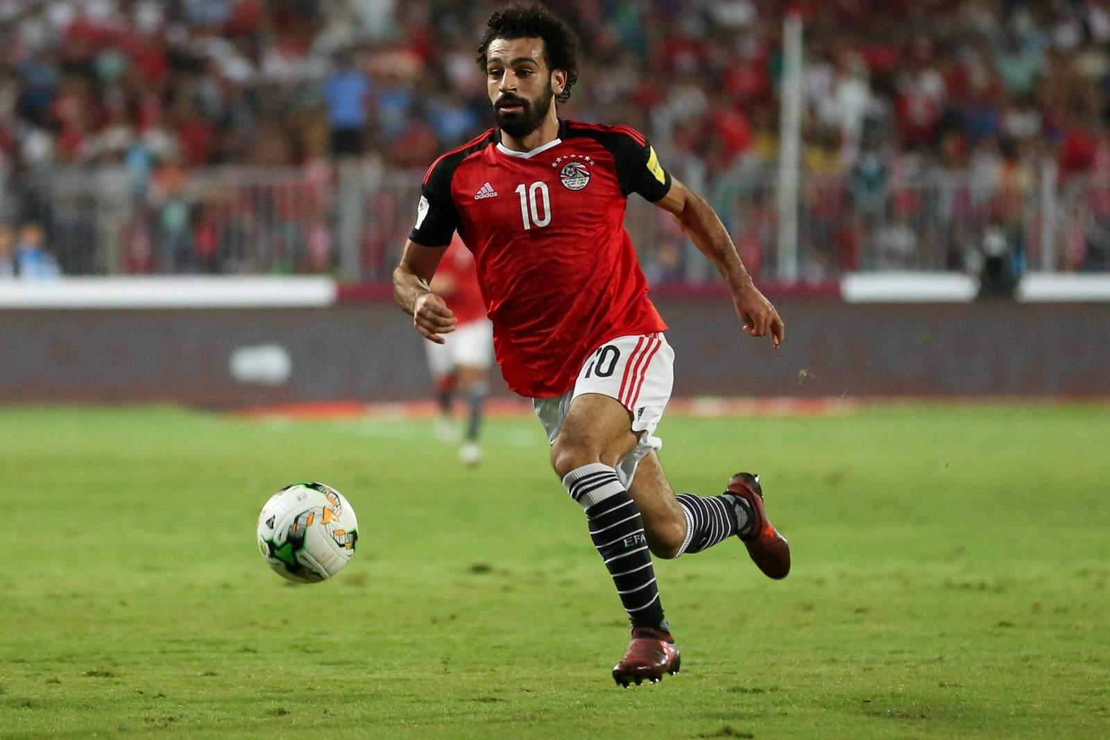 Mohamed Salah zieht mit Ball Richtung Tor. Jetzt auf Saudi-Arabien gegen Ägypten wetten.