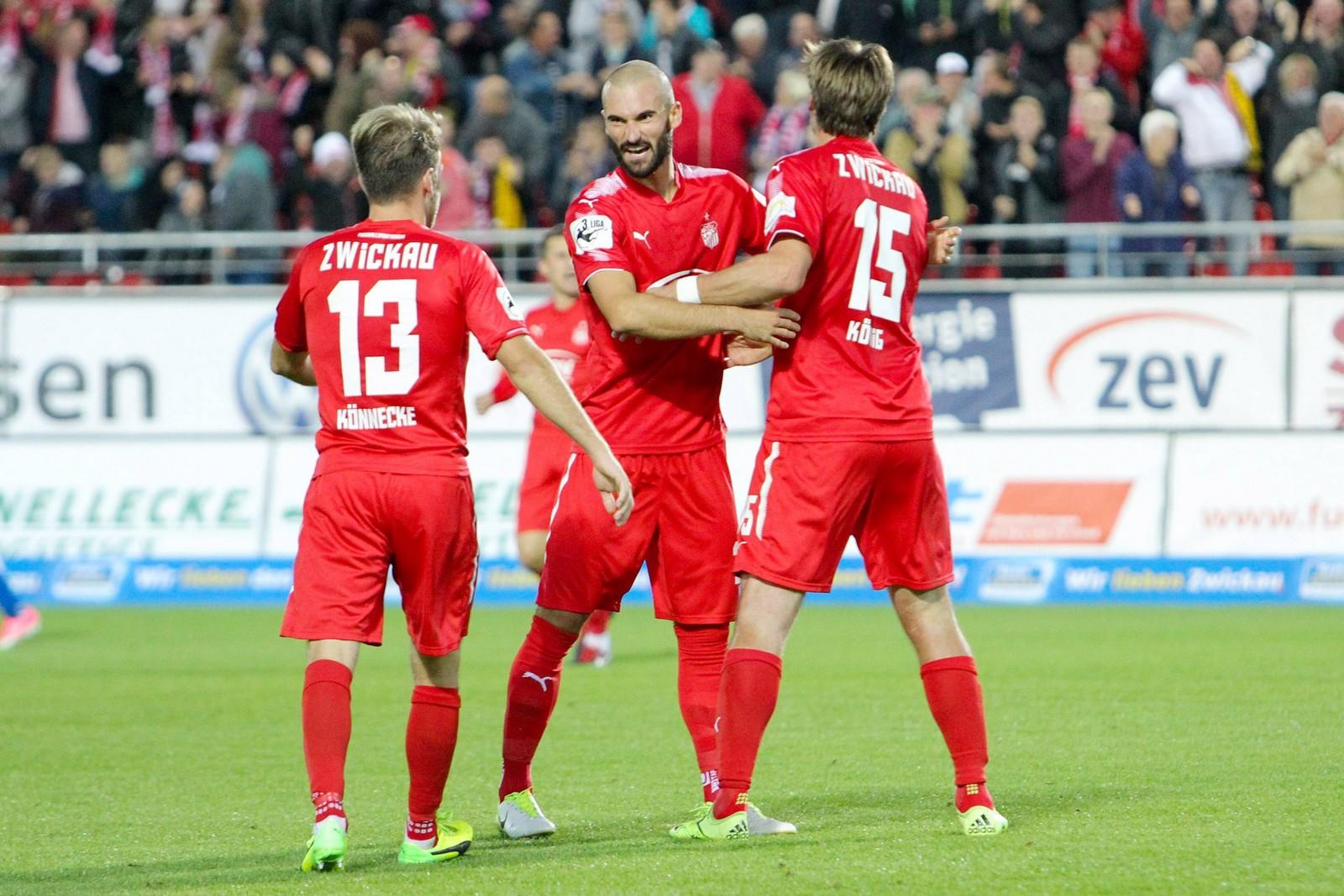 Nico Antonitsch jubelt mit Ronny König und Mike Könnecke