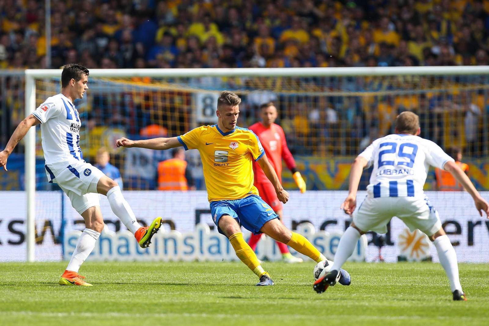 Gustav Valsvik am Ball für Eintracht Braunschweig gegen den KSC