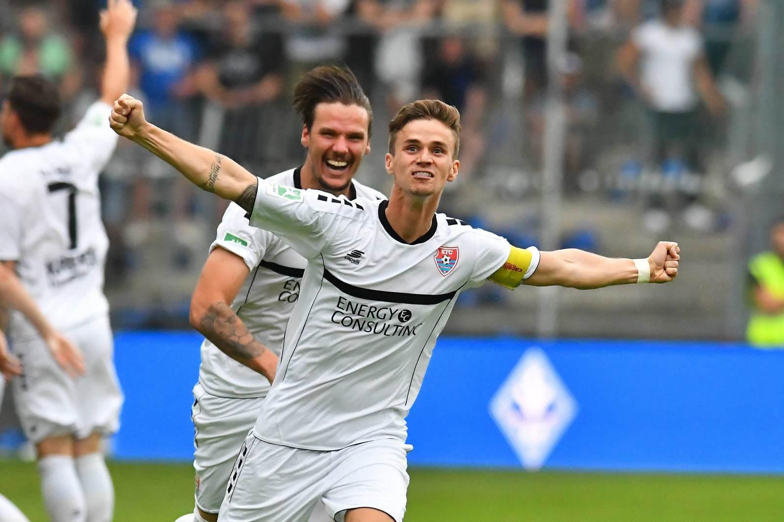 Mario Erb jubelt nach dem Aufstieg in Liga drei