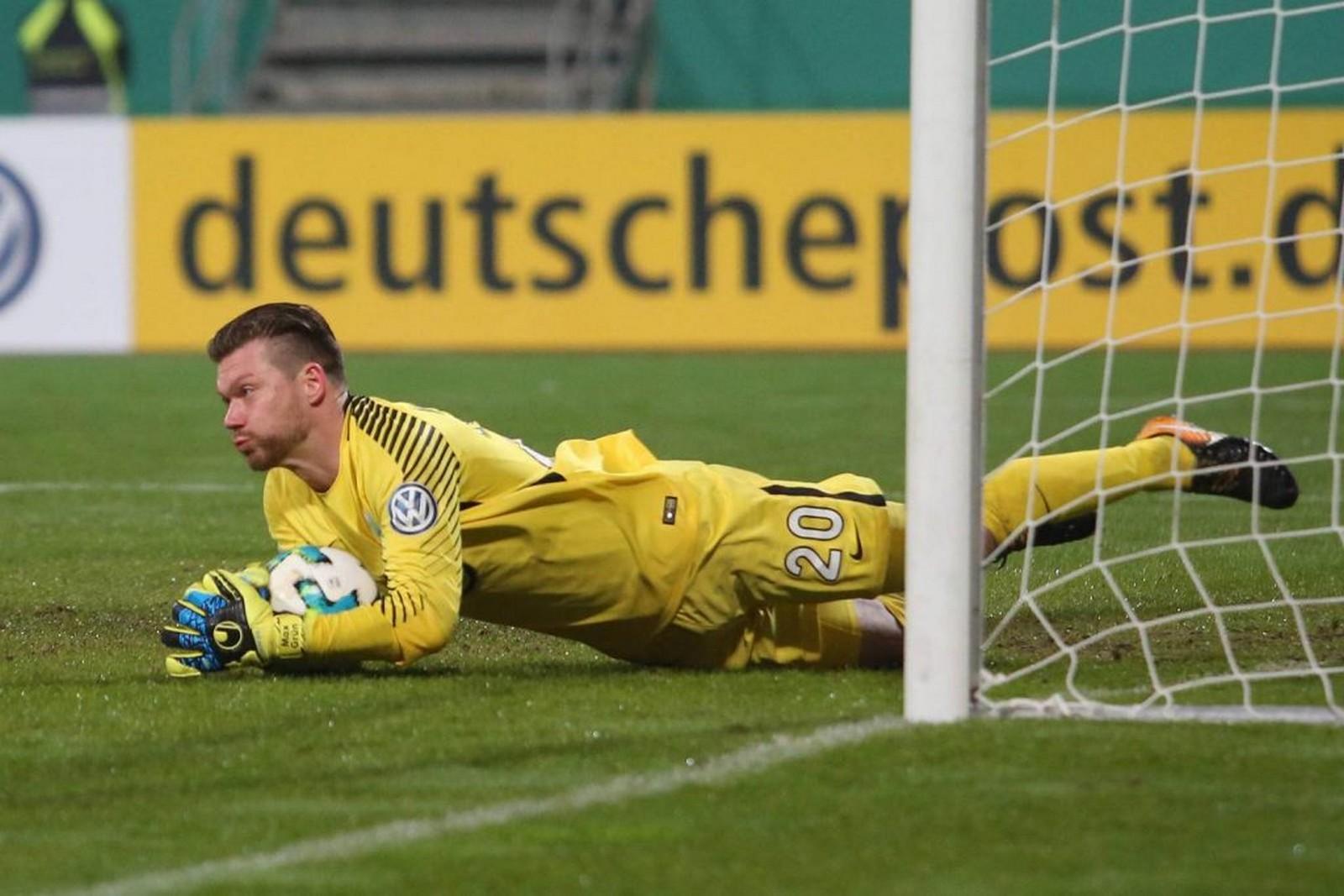 Max Grün hält einen Ball für den VfL Wolfsburg