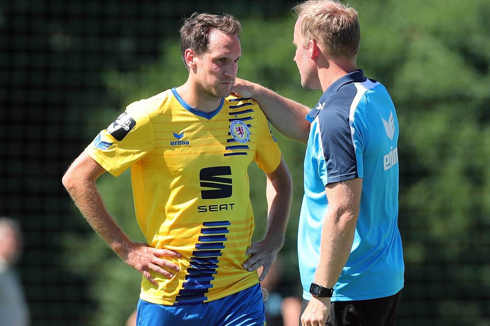 Trainer Hendrik Pedersen spricht mit Stephan Fürstner