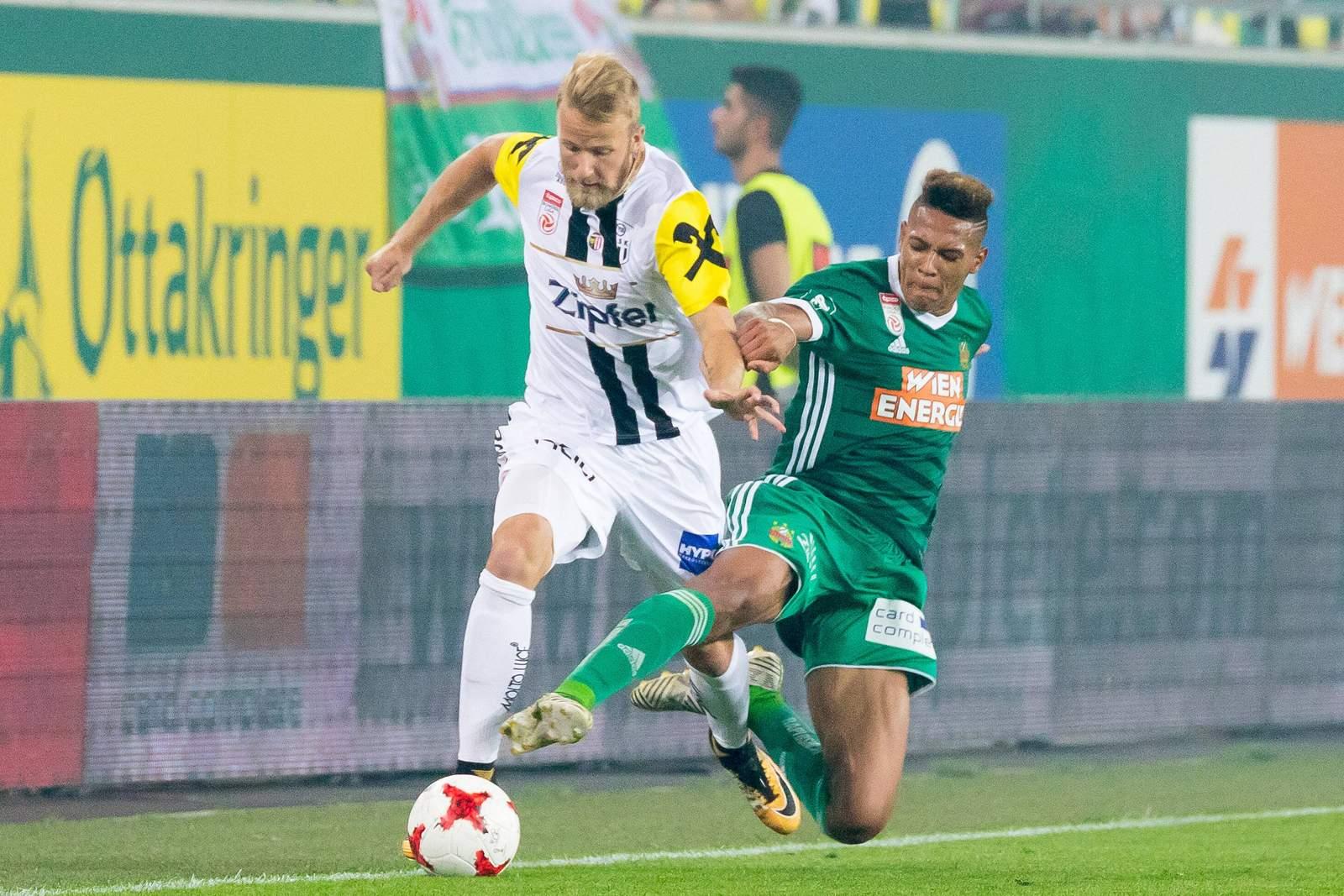 Alexander Linz gegen den heutigen Hoffenheimer Joelinton im Zweikampf.