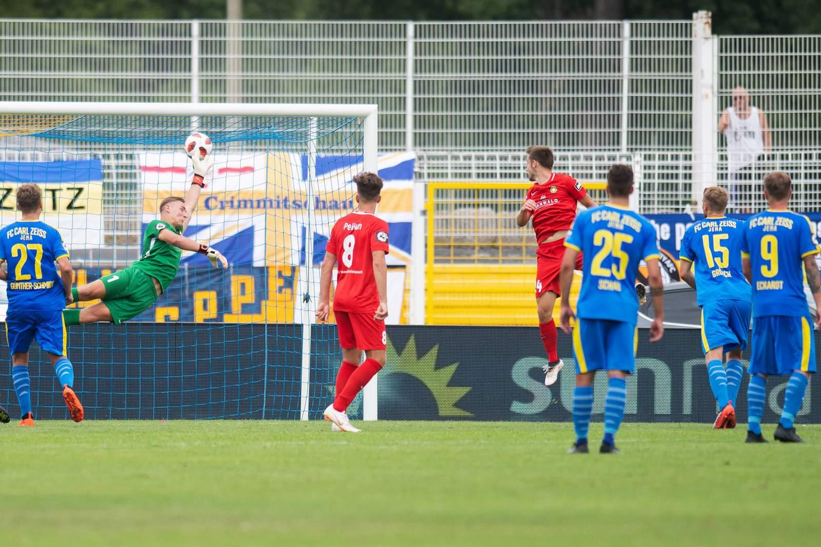 Manfred Starke erzielt per Freistoß ein Tor gegen Großaspach