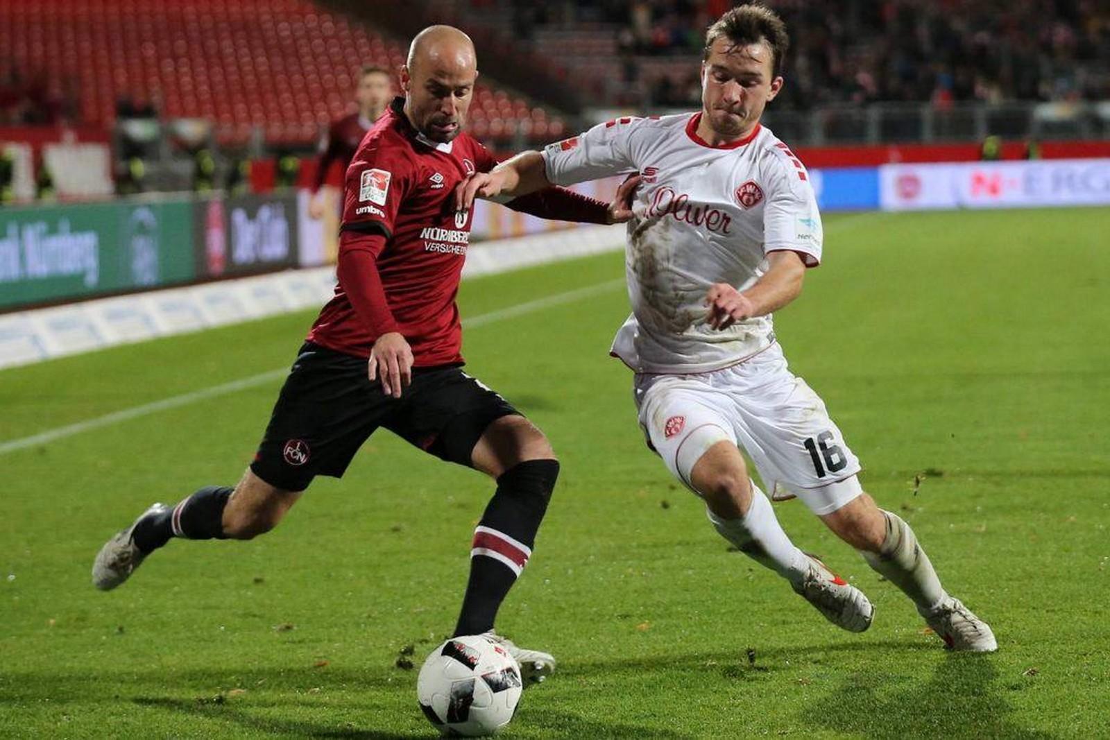 Peter Kurzweg von den Würzburger Kickers gegen Miso Brecko vom 1. FC Nürnberg
