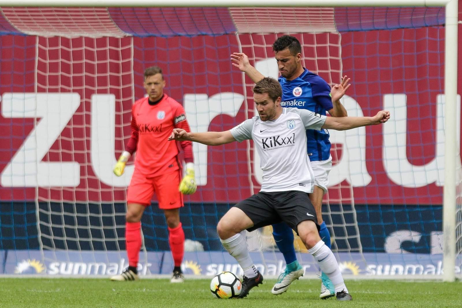 Thilo Leugers verteidigt den Ball gegen Mounir Bouziane. Jetzt auf Meppen gegen Rostock wetten.