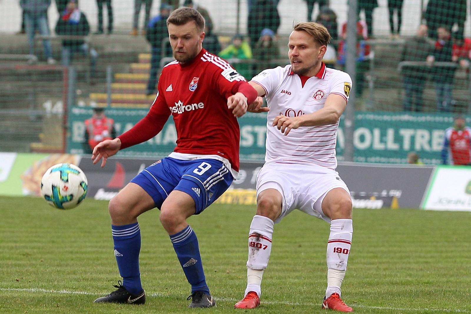 Stephan Hain von der SpVgg Unterhaching im Duell mit Sebastian Schuppan von den Würzburger Kickers