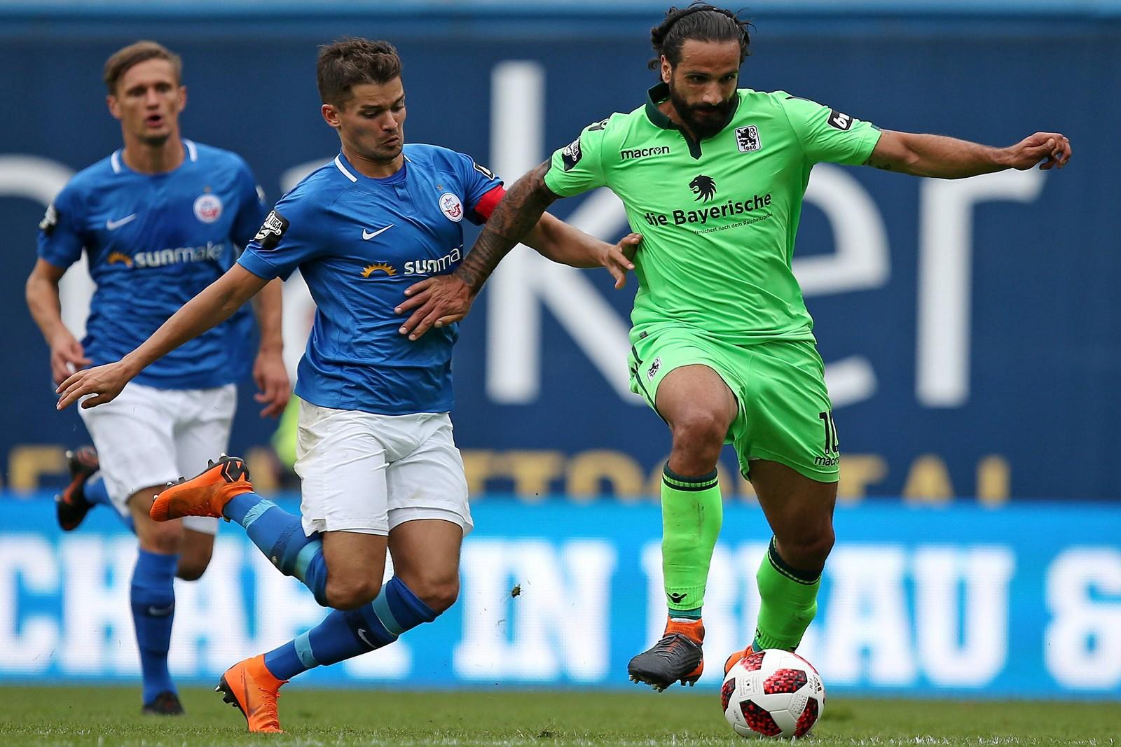 Münchens Topscorer Adriano Grimaldi (r.) musste gegen Hansa verletzt vom Platz.