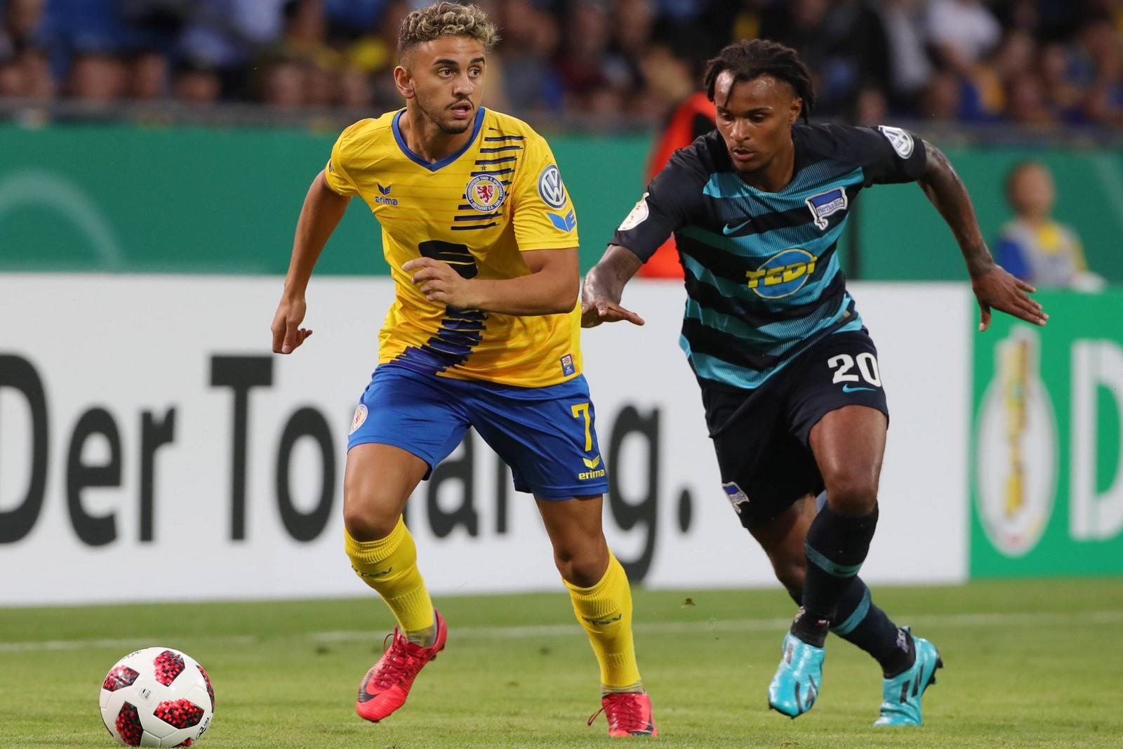 Ahmet Canbaz am Ball für Eintracht Braunschweig gegen Hertha BSC