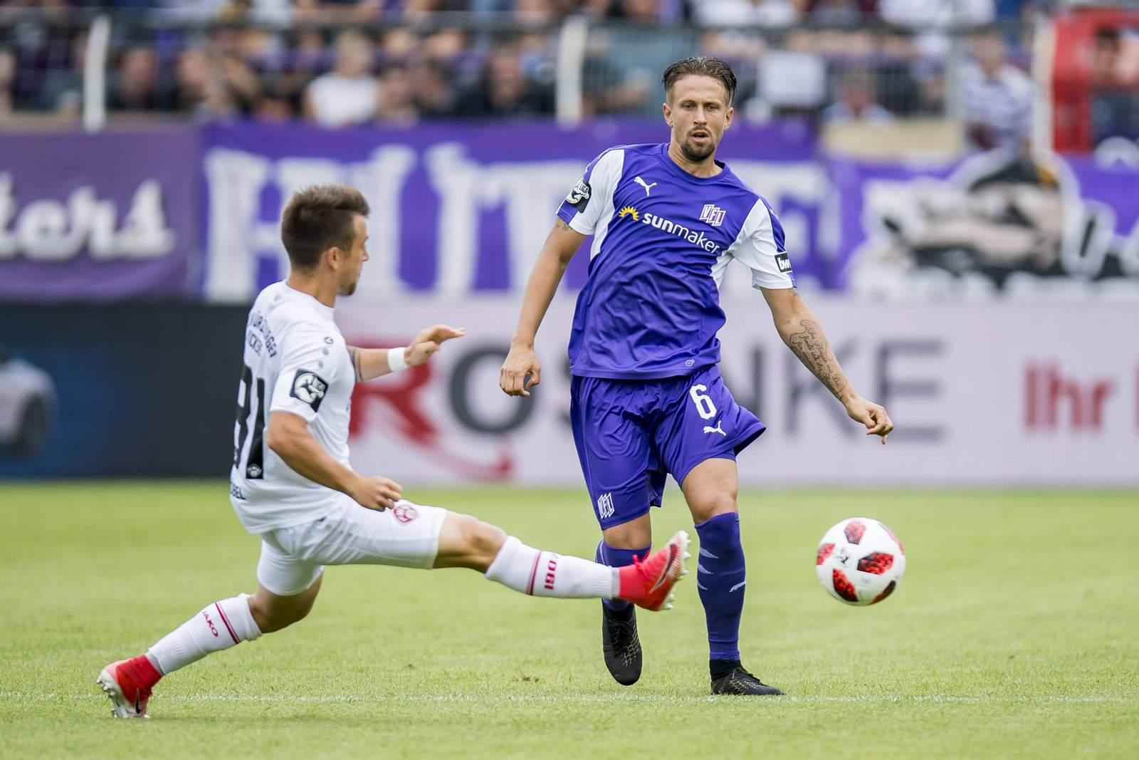 Alexander Derco im Duell mit einem Würzburger Kicker