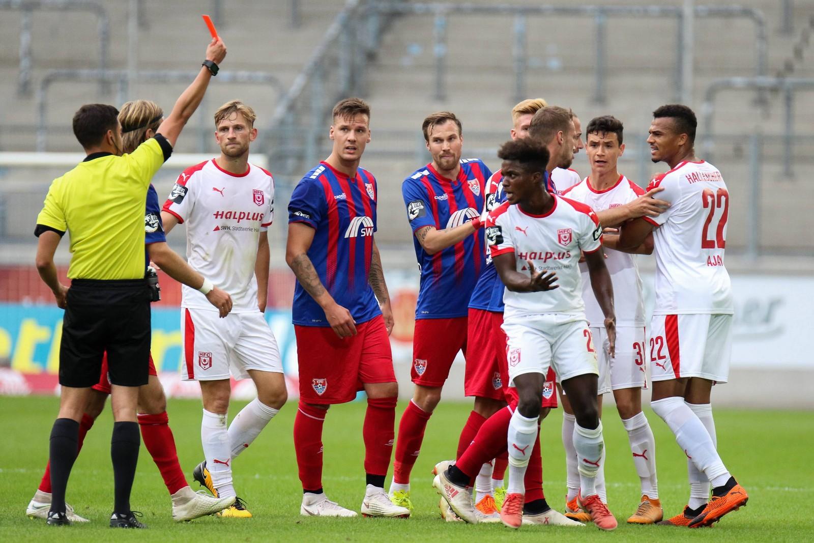 Halles Braydon Manu fliegt gegen den KFC Uerdingen vom Platz.