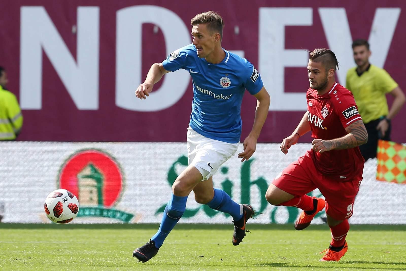 Kai Bülow von Hansa Rostock gegen Dominic Baumann von den Würzburger Kickers