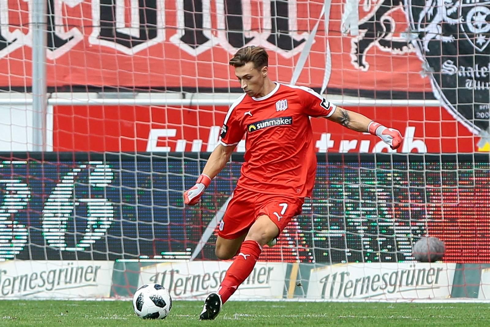 Nils Körber vom VfL Osnabrück beim Abschlag.