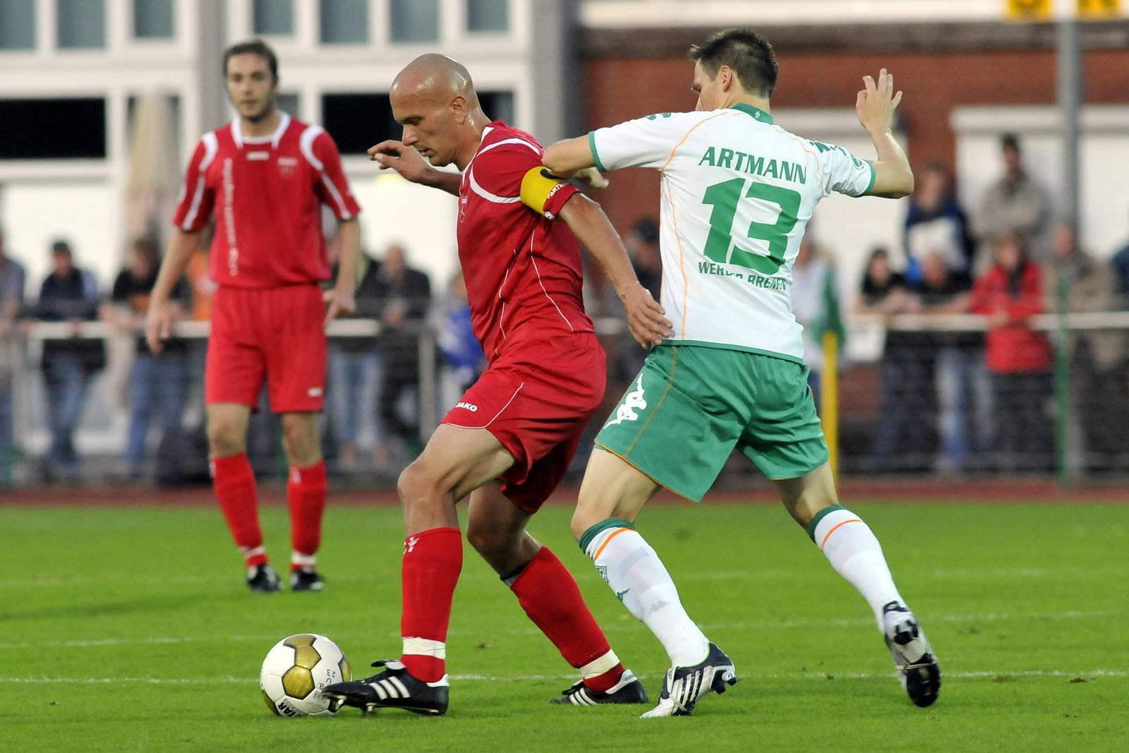 Rudi Zedi behauptet den Ball gegen Kevin Artmann