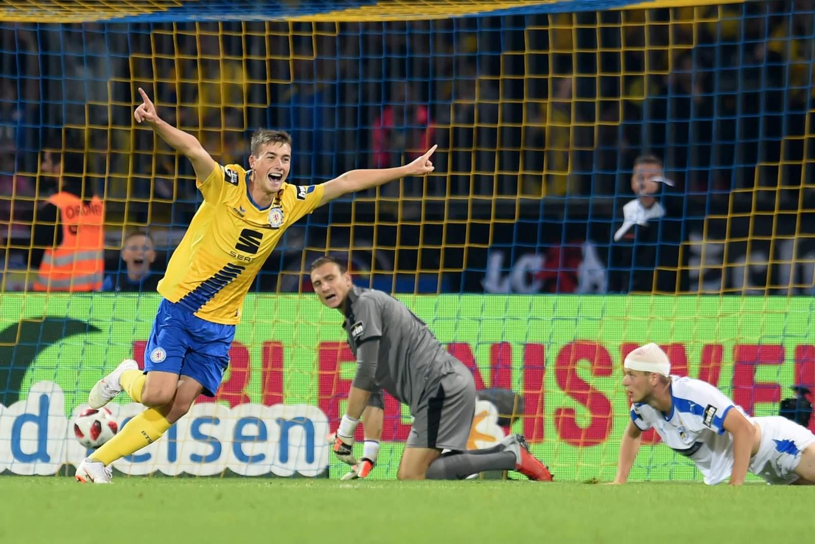 Yari Otto jubelt nach Tor für Braunschweig gegen Jena