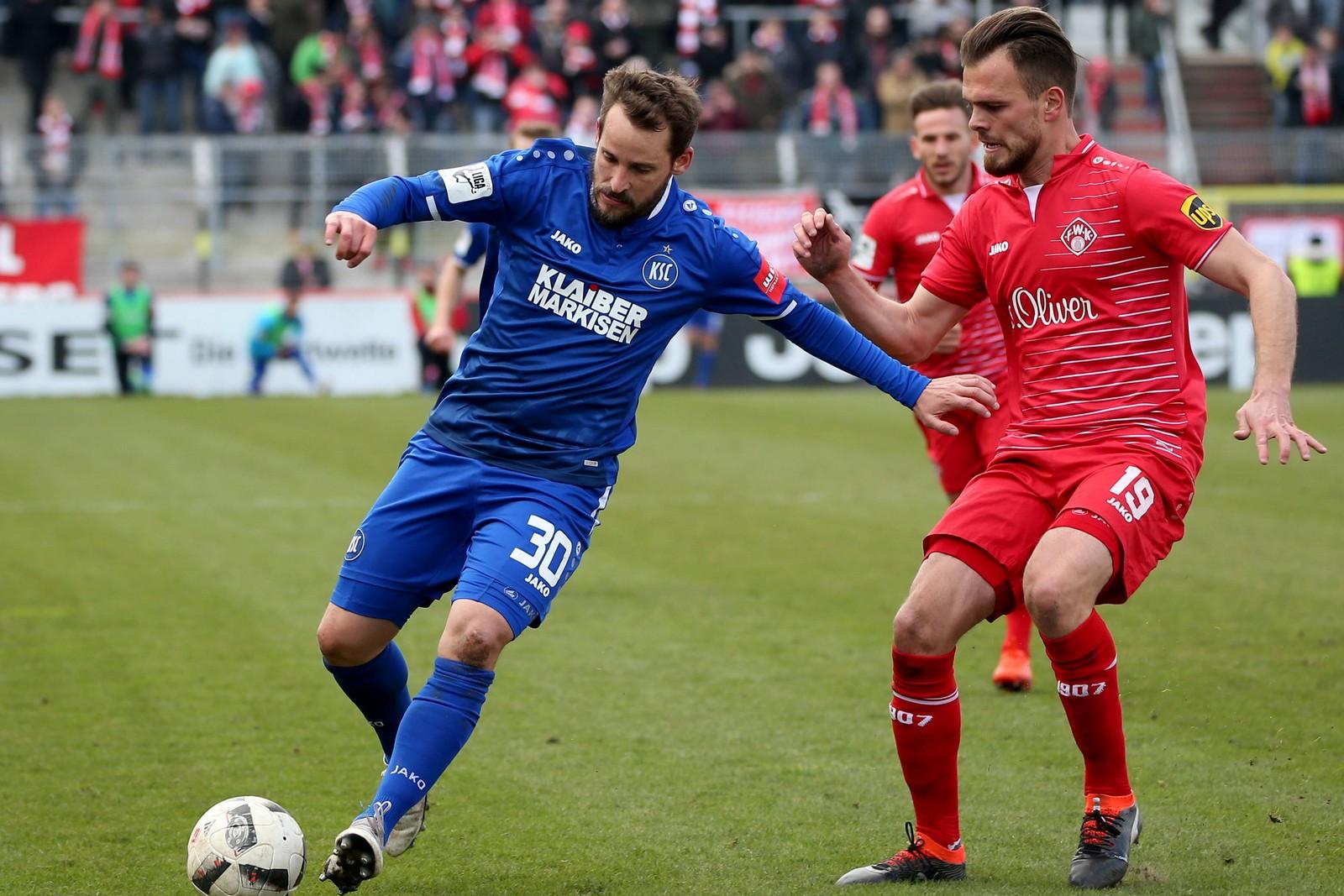 Anton Fink vom KSC gegen Orhan Ademi von den Würzburger Kickers