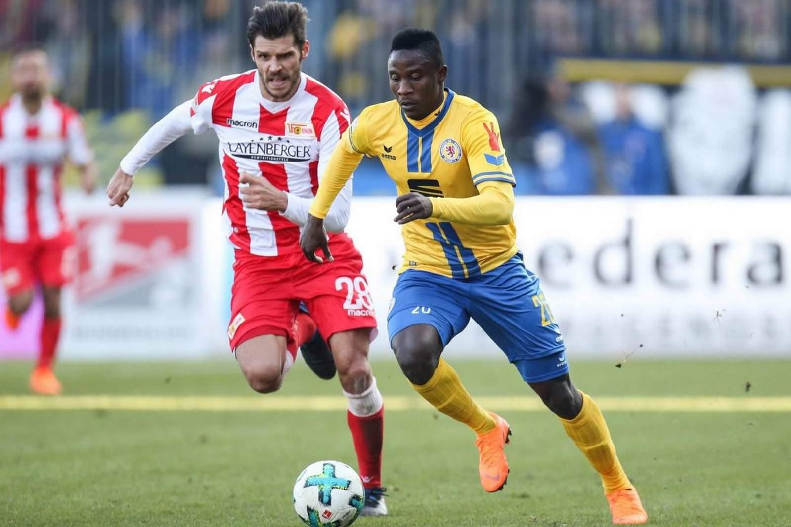 Suleiman Abdullahi läuft in der Saison 2018/19 gemeinsam mit Christopher Trimmel auf.