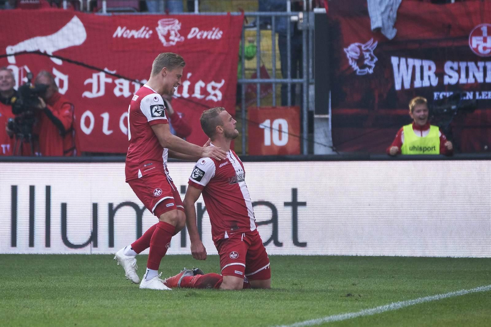 Julius Biada feiert mit Christoph Hemlein. Jetzt auf die Partie Aalen gegen Kaiserslautern wetten.