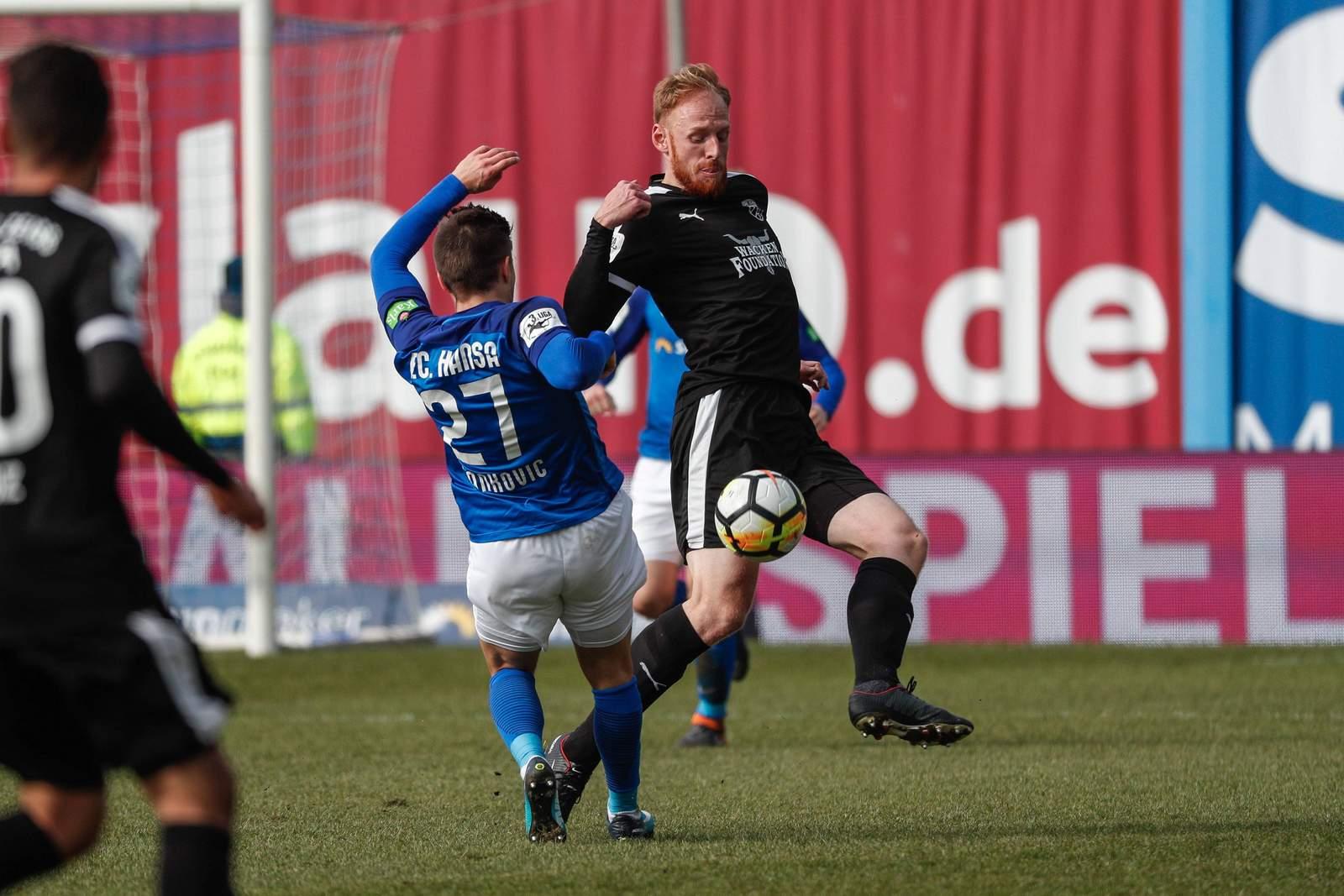 Vladimir Rankovic (l.) im Duell um den Ball mit Justin Gerlach.